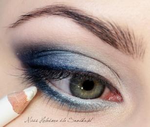 Wewnętrzny kącik oka rozświetlam połyskującym mineralnym cieniem, a linię wody w oku maluję białą kredką.