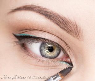 """Na koniec całość przyciemniam czarnym eyelinerem. Maluję więc wyraźną kreskę wzdłuż górnej linii rzęs oraz """"dzióbek"""" w wewnętrznym kąciku oka."""