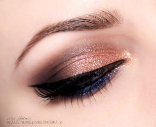 Wzdłuż górnej linii rzęs namaluj czarną kreskę przy użyciu eyelinera.