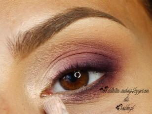 Wewnętrzny kącik rozświetlam złoto różowym pigmentem (Femme Fatale Cosmetisc Star Ruby)