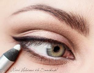 Linię wody w oku maluję białą kredką.