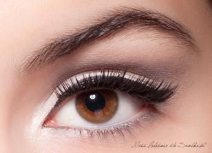 Tuszuję rzęsy i doklejam sztuczne. Żelową mascarą utrwalam kształt brwi – makijaż oka jest gotowy!