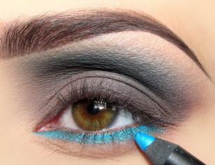 Całą dolną powiekę pokrywam niebieską kredką – pomoże to w wydobyciu koloru i przedłuży trwałość makijażu.