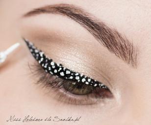"""Białym eyelinerem w żelu zacznij """"nakrapiać"""" czarną kreskę. Plamki mogą być różnych kształtów i rozmiarów. Dodatkowo możesz namalować kilka plamek w czarnym kolorze i jeśli niektóre białe plamki nie wyglądają dobrze, możesz je poprawić, bądź zamalować czarnym kolorem."""
