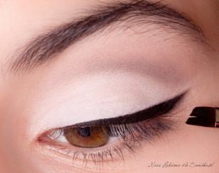 Rozcieram delikatnie kredkę na zewnątrz, tworząc strzałkę, a następnie całość pokrywam eyelinerem w żelu, by wzmocnić intensywność koloru.
