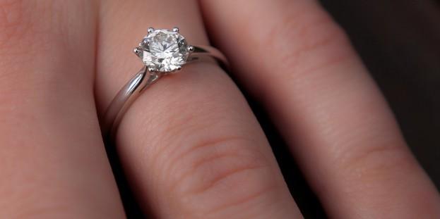 Kosmetyczny lifting dłoni przed selfie z pierścionkiem zaręczynowym