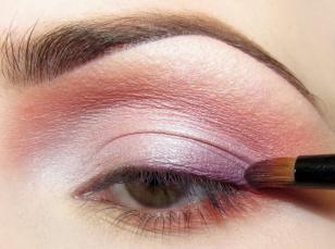 Na samą ruchomą powiekę w zewnętrznym kąciku nakładam matowy fiolet, koncentrując się przy linii rzęs i rozcierając kolor delikatnie do środka powieki.
