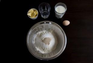 Mieszamy suche składniki (mąkę, drożdże, sól i cukier)