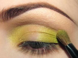 Następnie mieszam dwie zielenie ze sobą (mocniejszą lionkę i bardziej seledynowy odcień) i nakładam na zewnętrzny kącik oka. Tym co zostanie na pędzlu omiatam załamanie na całej długości