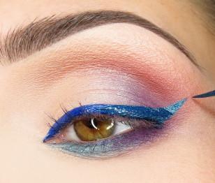 ...a zewnętrzną cześć rysuję turkusowym eyelinerem