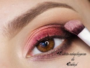 Resztę górnej powieki zaznaczam różowo- złotym pigmentem (Femme Fatale Cosmetisc Royal Tarts)