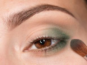 Zewnętrzny kącik podkreślam matowym, zielonym cieniem