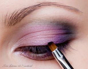 Górna linię rzęs optycznie zagęszczamy malując ultra-cienką linię eyelinerem przy samej nasadzie włosków. Linia ma być możliwie niewidoczna. Dzięki temu rzęsy zagęszczą się, a kreska nie obciąży powiek.