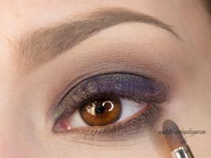 Dolną powiekę podkreślam szarym cieniem z drobinkami (Too Faced Naked Eye Unmentionables)