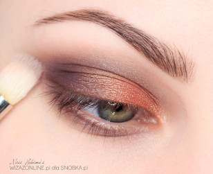 Rozetrzyj załamanie powieki, by kolor szary płynnie przechodził w odcień skóry.