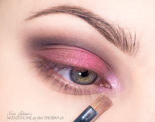 Wewnętrzny kącik oka rozświetl bladofioletowym cieniem opalizującym na różowo.