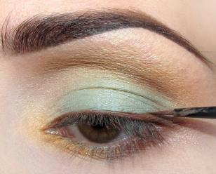 Cień użyty przed chwilą mieszam ze specjalnym płynem i tworzę brązowy eyeliner.