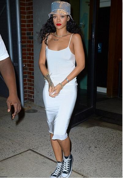 Czapka rybaka musi być hipsterska, jeśli nosi ją sama Rihanna. I to w zestawie z błyszczącą sukienką na wąskich ramiączkach. Lata 90. wracają w pełnej krasie!