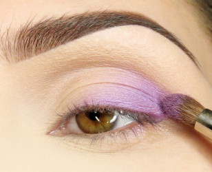 Zewnętrzny kącik ruchomej powiek pokrywam delikatnie fioletowym opalizującym cieniem. Łuk brwiowy matuję beżowym cieniem