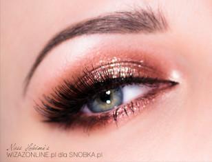 Makijaż pięknie mieni się w świetle, co widać na zdjęciu z bardzo małą głębią ostrości.