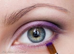 Dolną powiekę, wzdłuż linii rzęs, podkreślamy fioletowym cieniem, a wewnętrzny kącik oka akcentujemy jasną, kremową perłą.