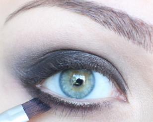Dolną powiekę pomaluj czarnym cieniem do 2/3 długości