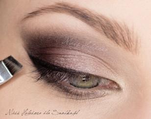 Wewnętrzny kącik oka rozświetl brokatowym, złotym cieniem, a wzdłuż linii rzęs namaluj czarną kreskę wyciągniętą ku górze w zewnętrznym kąciku oka.