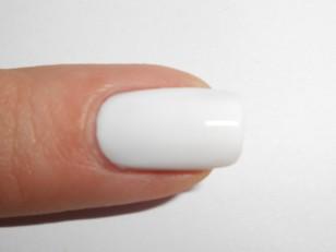Pomaluj paznokcie na biało, może to być jedna lub dwie warstwy w zależności od krycia Twojego lakieru