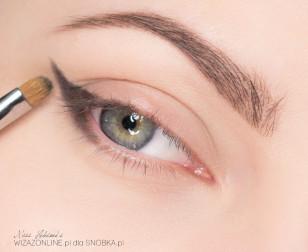 Zewnętrzny kącik oka podkreśl ciemnym cieniem - narysuj w tym celu kreskę wychodzącą z zewnętrznego kącika oka, skierowaną ku końcówce brwi.
