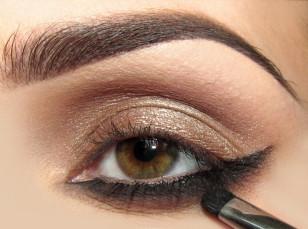 Wzdłuż dolnej powieki rysuję kreskę żelowym eyelinerem wyciągając ją w zewnętrznym kąciku. Od dołu rozcieram za pomocą ciemnego matowego brązu, a aby cieniowanie było jeszcze bardziej płynne sam dół rozcieram beżem.