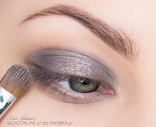 Na środek górnej powieki, w miejscu nałożenia cienia w kremie, wklep delikatnie cień prasowany w stalowym, metalicznym kolorze.