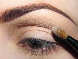 Na zewnętrzny kącik ruchomej powieki (mniej więcej do 2/3 długości oka) nakładam matowy cień zbliżony do koloru mojej skóry.