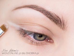 Z zewnętrznego kącika oka poprowadź białym cieniem prostą kreskę - staraj się w następnych krokach nie nachodzić na nią czernią.