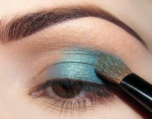 Na powiekę ruchomą do 2/3 długości nakładam niebieski perłowy cień opalizujący odrobinę na zielono