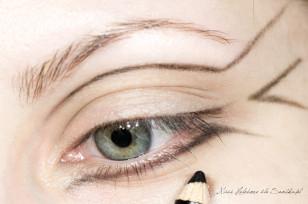 Na powiekę nakładam bazę pod cienie. Zaczynam od narysowania szablonu makijażu, czarną kredką do oczu.
