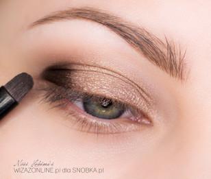 Zewnętrzny kącik oka podkreśl ciemnym brązem.