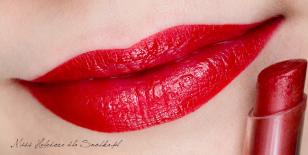 Dla dopełnienia całości, usta maluję pomadką w kolorze głębokiej czerwieni, a następnie nadaję jej dodatkowy połysk błyszczykiem w szmince w zbliżonym odcieniu. Policzki konturuję i muskam ciepłym różem w kolorze dojrzałej brzoskwini. Gotowe!