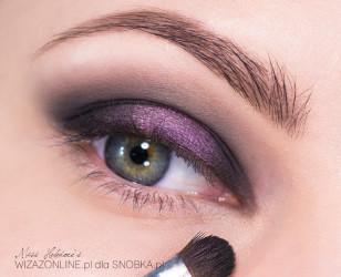 Zewnętrzny i wewnętrzny kącik oka przyciemnij matową czernią.