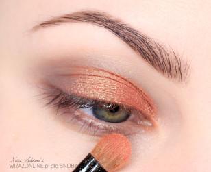Środek powieki pokryj cieniem sypkim, bądź pigmentem w kolorze połyskującego pomarańczu.