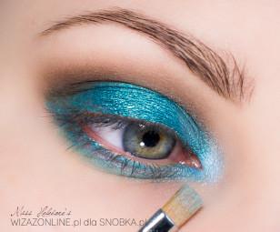 Sam wewnętrzny kącik oka dodatkowo rozświetl bardzo jasnym błękitem.