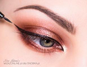Aby stworzyć ramy makijażu, wzdłuż górnej linii rzęs namaluj czarną kreskę.