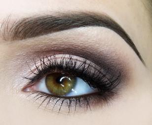 Na wewnętrzną linię wodną nakładam brązowy eyeliner w żelu – eyeliner w takiej formie utrzyma się na miejscu przez cała noc. Jeśli umiesz rysować kreskę eyelinerem – narysuj ja. Jeśli jest to dla Ciebie za trudne użyj czarnego cienia aby zaznaczyć górną linię rzęs i wytuszuj mocno rzęsy