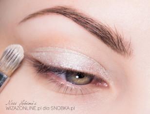 Na ruchomą część powieki górnej nałóż kremowy, trwały cień w kolorze białej perły.