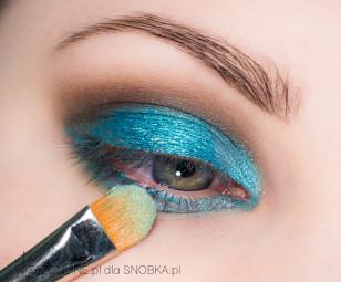 Wewnętrzny kącik oka rozświetl  jeśniejszym odcieniem turkusu, bądź miętą.