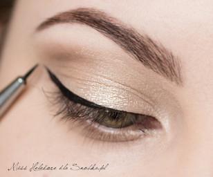Czarnym eyelinerem namaluj wzdłuż linii rzęs kreskę, nie przejmując się zbytnio precyzją.