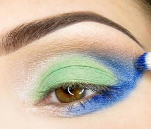 Obszar powyżej załamania również zostaje pokryty eyelinerem, starając się utrzymać kształt trójkąta. Nastepnie eyeliner pokrywam matowym cieniem w tym samym kolorze.