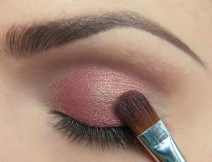 Na całą ruchomą powiekę (z pominięciem zewnętrznego kącika) nałóż łososiowo-różowy cień opalizujący na złoto. Jeśli takiego nie posiadasz, nałóż różowy cień o ciepłym odcieniu a na sam środek powieki nałóż złoty kolor.
