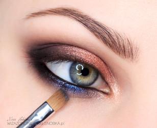 Jeśli chcesz dodać odrobinę kontrastowego koloru, dolną powiekę pokryj granatowym, metalicznym cieniem. Jeśli wolisz stonowane makijaże, pozostań przy poprzednim kroku.