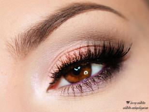 Tuszuję rzęsy, linię wodną zaznaczam fioletowym eyelinerem i doklejam sztuczne rzęsy.