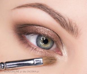 Wewnętrzny odcinek oka rozjaśnij na mokro jasnym, złotym cieniem.